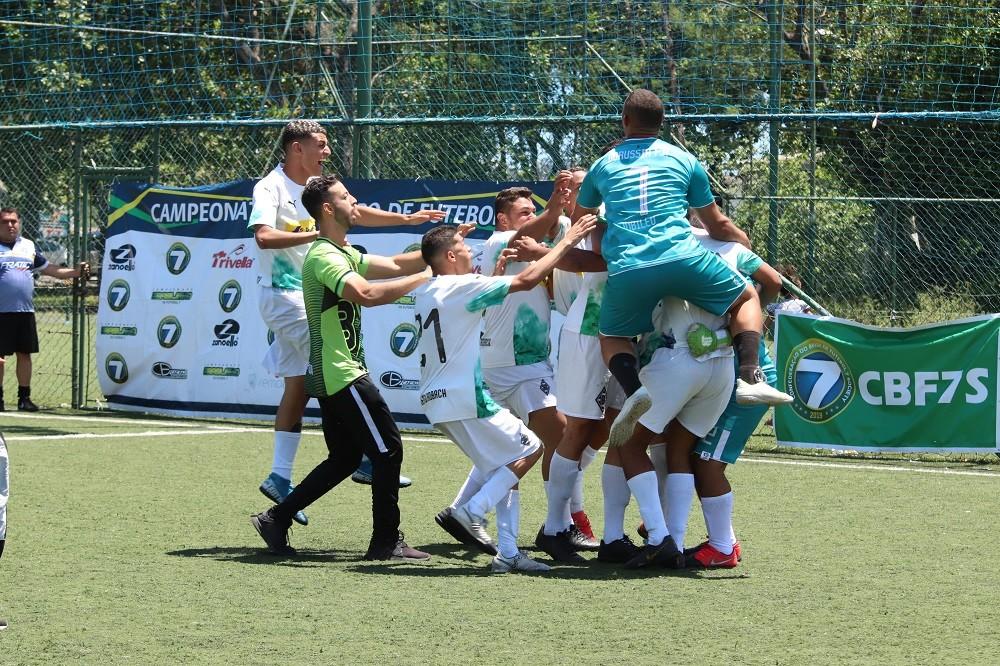 Alessandro brilha, Borussia vence nos shoot-outs e se torna finalista